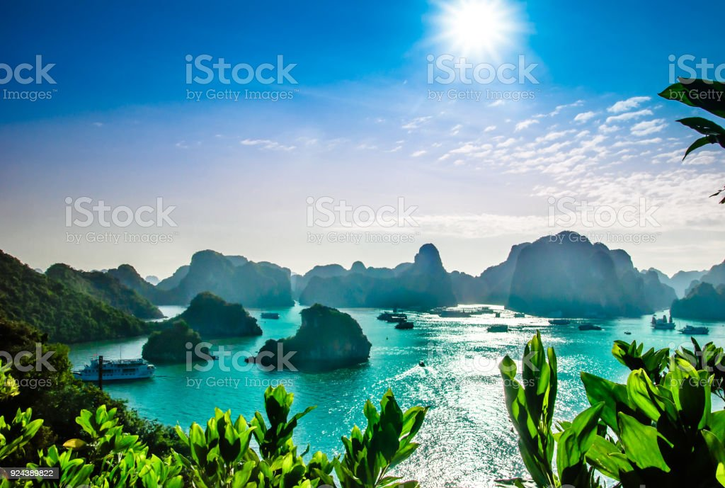Paisaje kárstico por halong bay en Vietnam - foto de stock