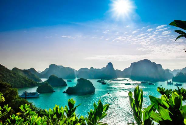karst landschap door halong bay in vietnam - vietnam stockfoto's en -beelden