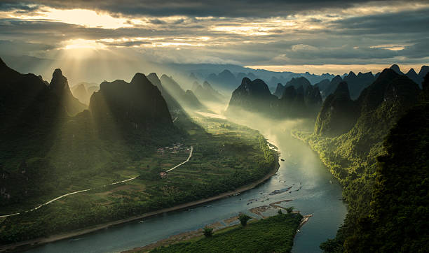 karst mountains and river li in guilin/guangxi region of china - majestueus stockfoto's en -beelden