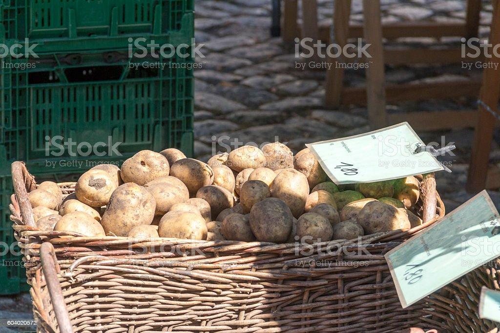 Kartoffeln auf dem Marktstand stock photo