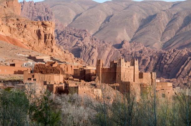 Kasbah entre el paisaje montañoso del Atlas marroquí - foto de stock