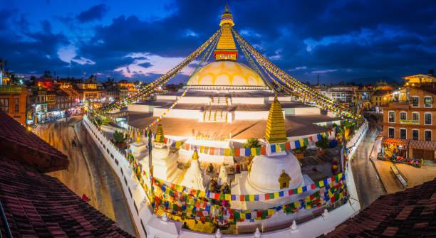 Oración del stupa de Boudhanath budista de Katmandú banderas panorama atardecer iluminado Nepal - foto de stock