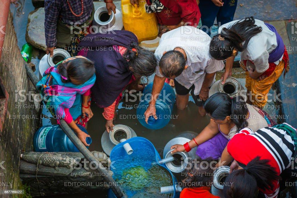 Sammeln von Wasser aus einem öffentlichen gut Nepal Kathmandu-einheimische – Foto
