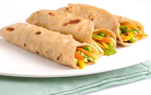 kati roll /vegetable chapatti roll - gemüselaibchen stock-fotos und bilder