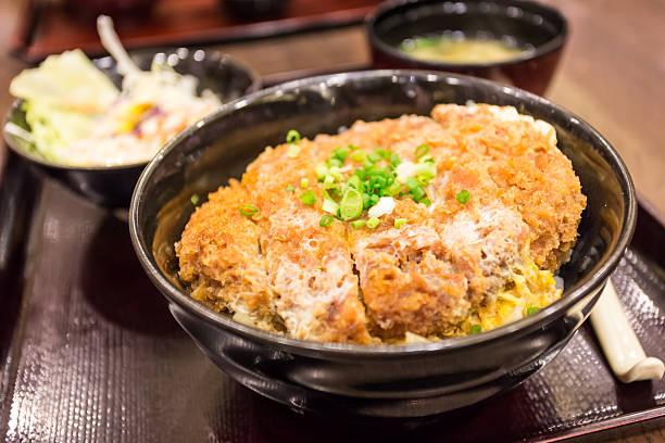 カツ丼、日本の編み込み揚げたポークカツレツ(豚カツ) - 丼物 ストックフォトと画像
