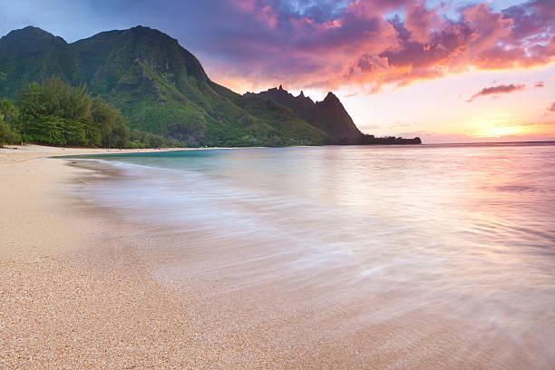 Kauai-Tunnel Strand in Hawaii bei Sonnenuntergang – Foto