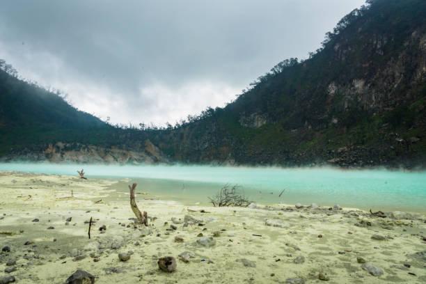 "kawa putih, ""blanco del cráter"" en bandung, java occidental, indonesia - kawah putih fotografías e imágenes de stock"