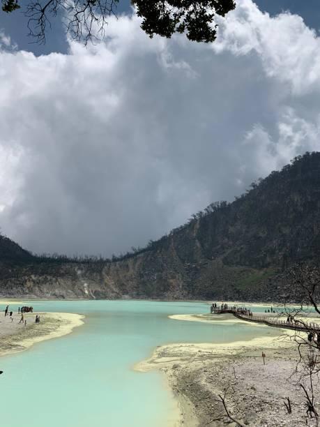 cráter blanco - kawah putih fotografías e imágenes de stock