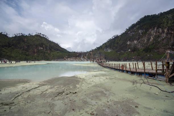 """el cráter blanco, """"white crater"""" en bandung, java occidental, indonesia. - kawah putih fotografías e imágenes de stock"""