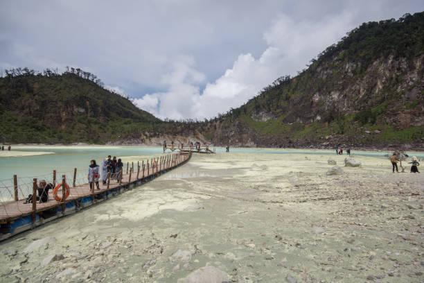 """el cráter blanco, """"cráter blanco"""" en bandung, java occidental, indonesia. - kawah putih fotografías e imágenes de stock"""