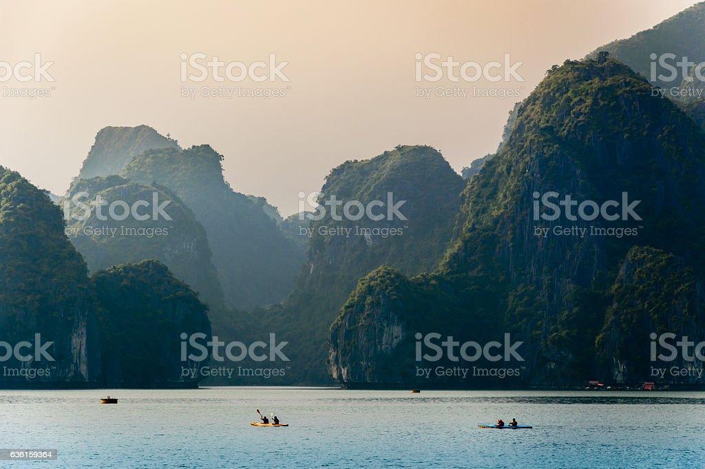 Kayak en la Bahía de Halong - foto de stock