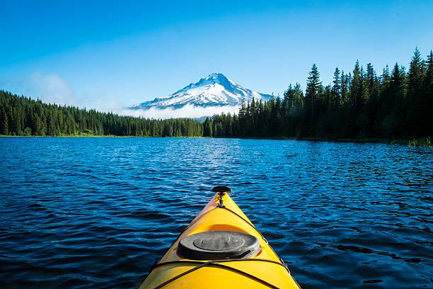 kajak na jezioro, góry, mt. hood, oregon - góry kaskadowe zdjęcia i obrazy z banku zdjęć