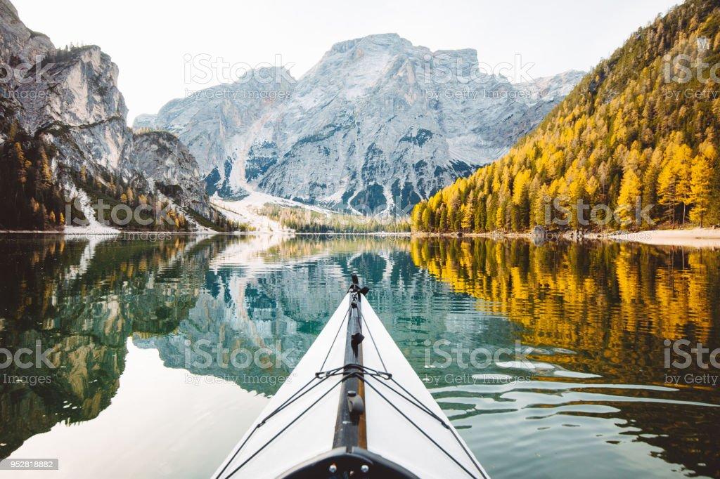 Kayak auf einem See mit den Bergen in den Alpen – Foto