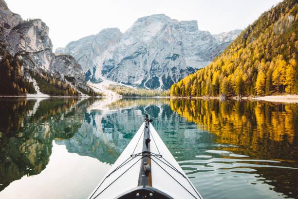 kayak en un lago con las montañas de los alpes - kayak fotografías e imágenes de stock