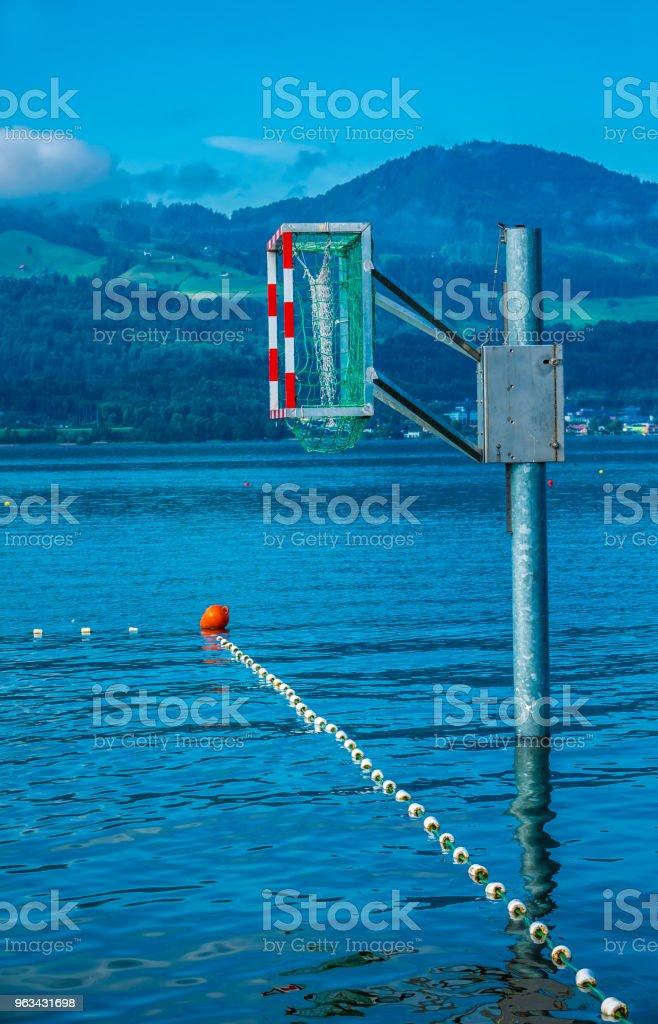 Kayak polo d'eau et installations de basket-ball sur les rives du lac de Zurich supérieur (Obersee), Rapperswil Jona, Sankt Gallen, Suisse - Photo de Activité libre de droits