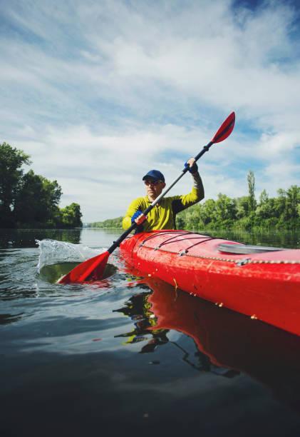 caiaque água esportes banner com cópia espaço. kayaker sênior no lago scenic foto panorâmica. - caiaque canoagem e caiaque - fotografias e filmes do acervo