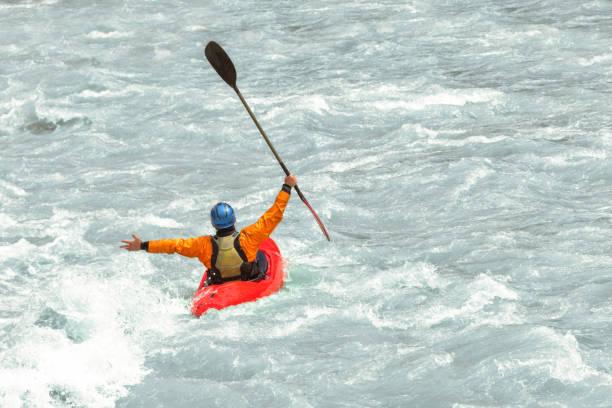 kayaker, divertindo-se em corredeiras, com espaço de cópia - caiaque canoagem e caiaque - fotografias e filmes do acervo