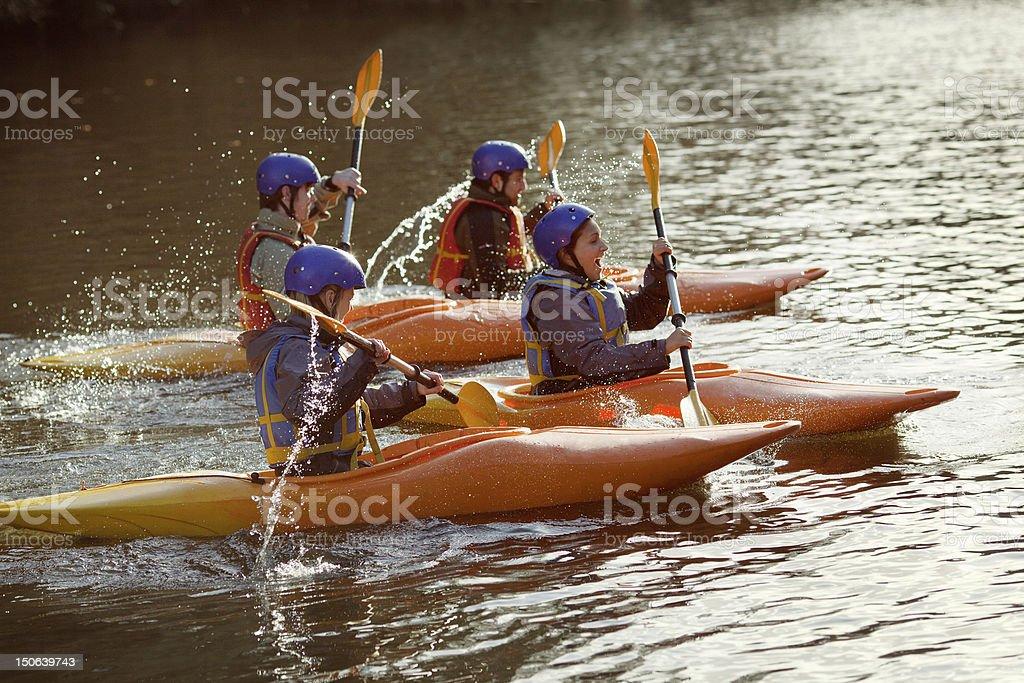 Kajakfahrer Rudern zusammen auf noch lake – Foto