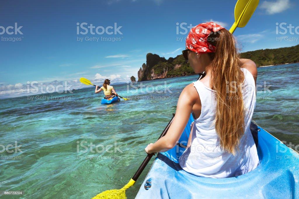 Kayak tour en Krabi Phi Phi Don con dos damas - foto de stock