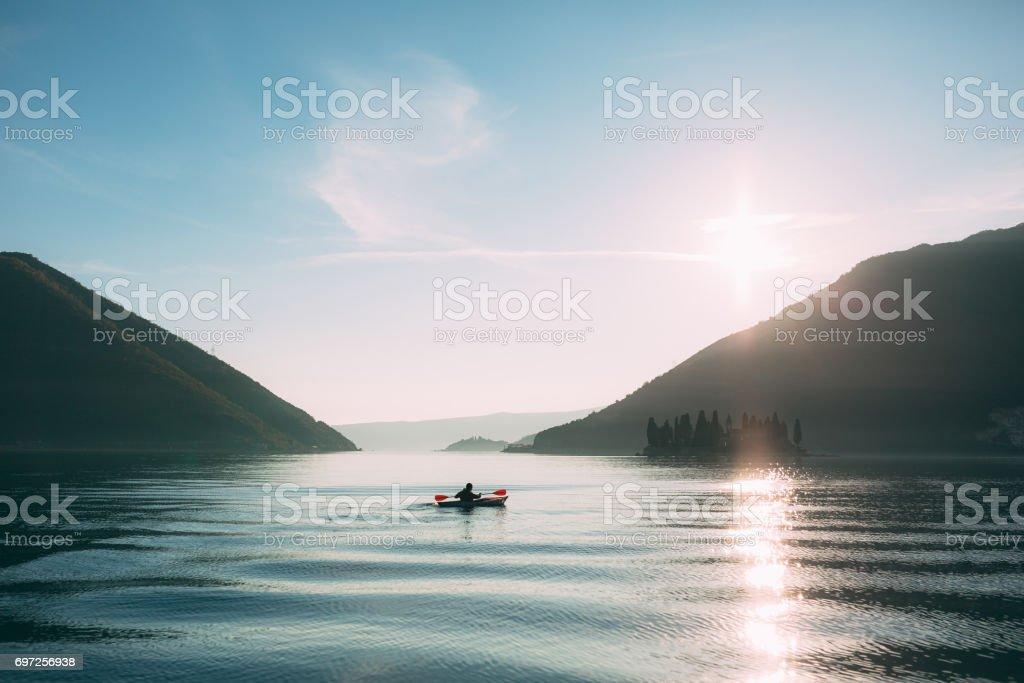 湖でカヤック。観光客が近くのコトル湾にカヤック ストックフォト
