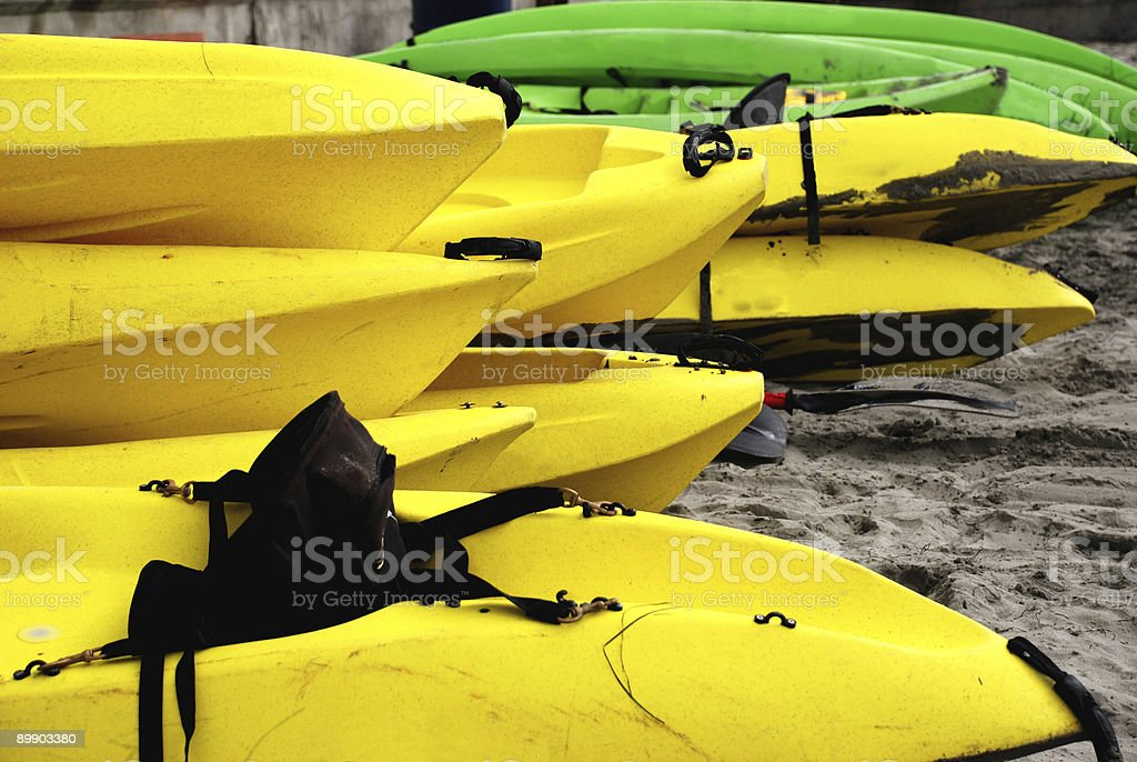 Kayak in giallo e verde foto stock royalty-free