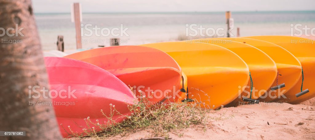 Kayaks on the beach during the day photo libre de droits