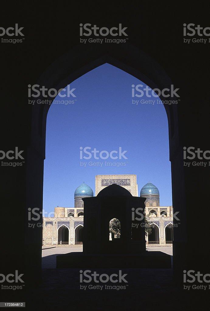 Mezquita Kaylan visto a través de la puerta foto de stock libre de derechos