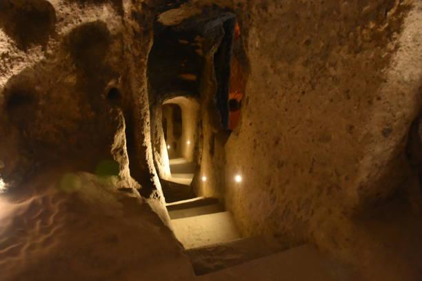 kaymakli underground city village, cappadocië, turkije - aardpiramide stockfoto's en -beelden
