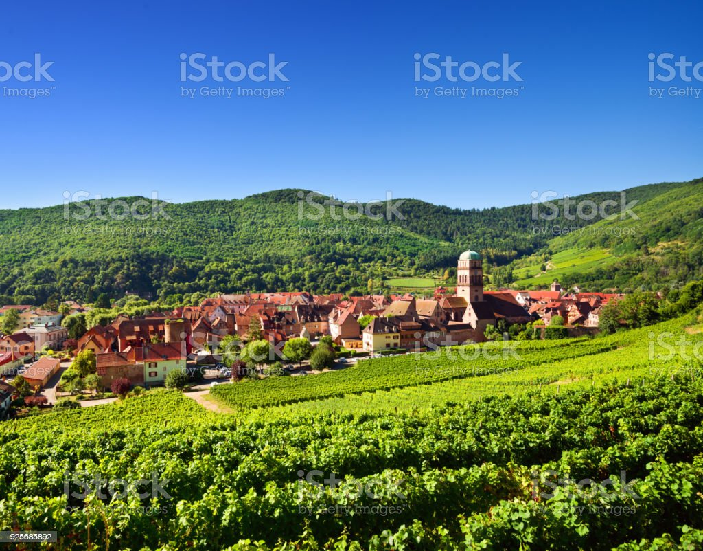 Kaysersberg village and Vosges mountains - foto stock