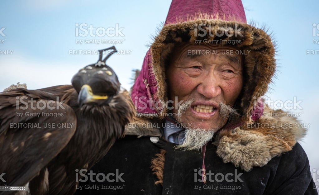 kazakh-eagle-hunter-with-his-altai-golde