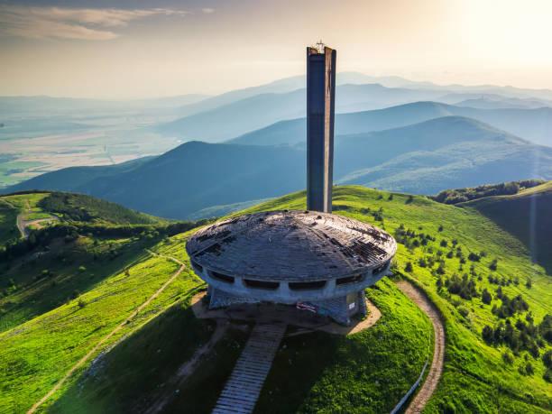 カザンラク地方、ブルガリア、ジュニー22.2016。ブルガリアの中央バルカン山脈の歴史的な山で、高さ1,441m(4,728フィート)のブズルツァの記念碑 - 記念建造物 ストックフォトと画像