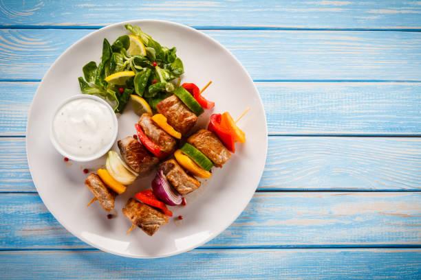 kebab-gegrilltes fleisch und gemüse - paprika hähnchen stock-fotos und bilder