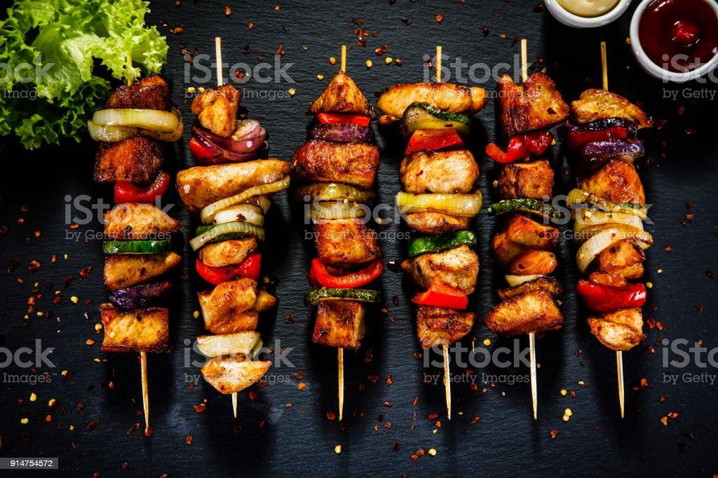 Kebab - gegrilltes Fleisch und Gemüse auf hölzernen Hintergrund – Foto