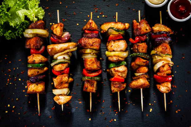 kebab - gegrilltes fleisch und gemüse auf hölzernen hintergrund - paprika hähnchen stock-fotos und bilder