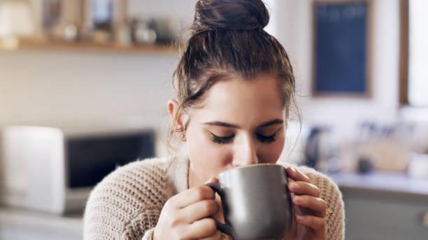 gardez l'amour près de chez vous - café boisson photos et images de collection