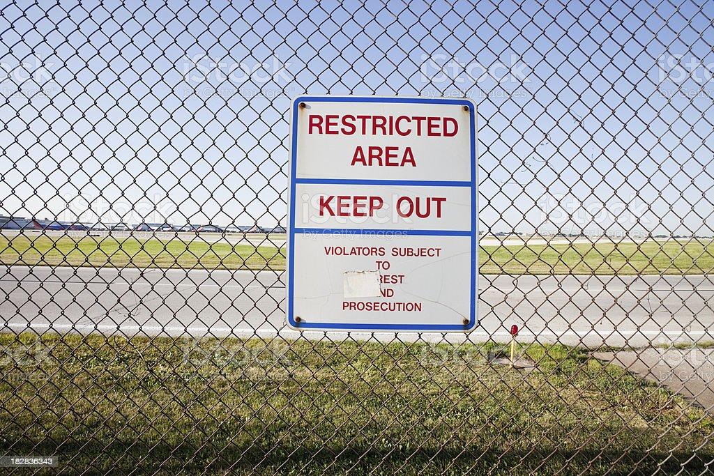 Sinal de Mantenha a distância do aeroporto de Midway, Chicago - foto de acervo