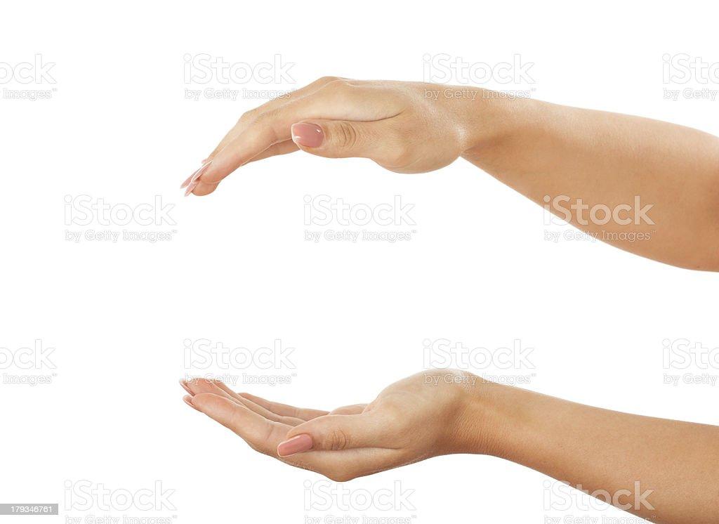Conserver quelque chose entre les femmes les mains sur fond blanc - Photo