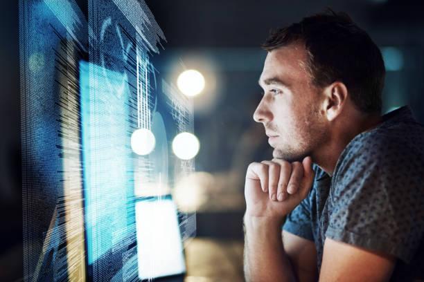 Sein Fokus zu halten, wie er den Code knackt – Foto
