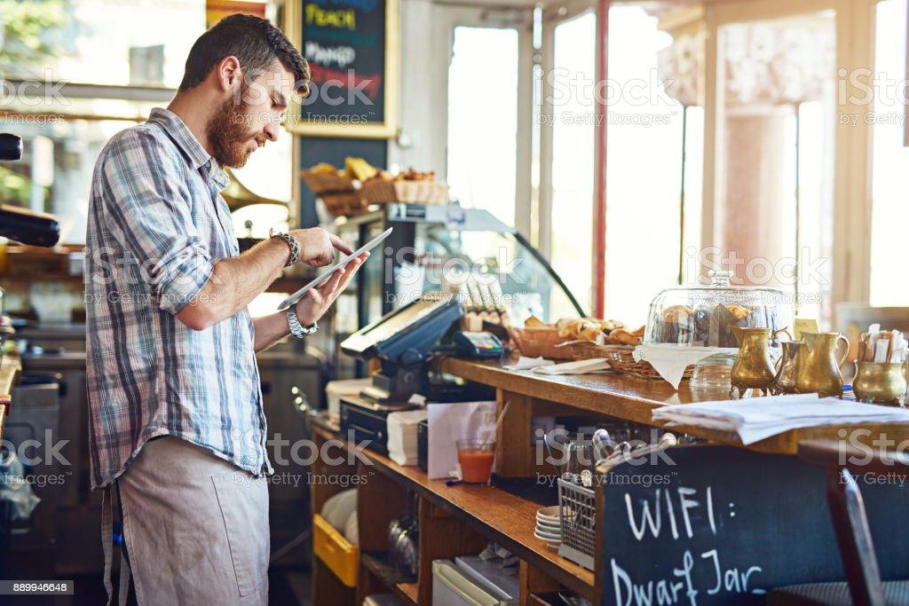 Manteniendo su menú en línea actualizado - foto de stock