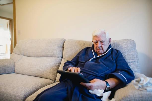 mantenerse en contacto - couch potato refrán en inglés fotografías e imágenes de stock
