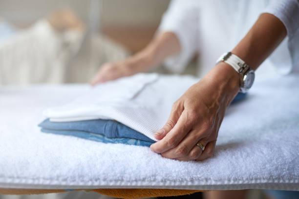 wäsche sauber zu halten - kleidung falten stock-fotos und bilder
