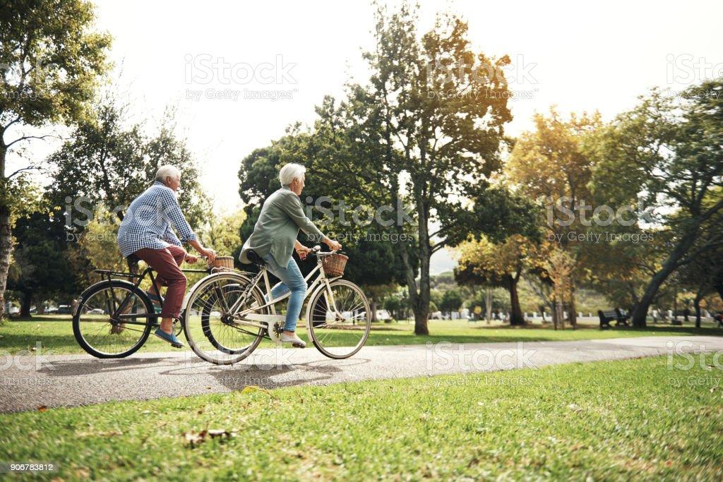 Hält den Körper stark mit regelmäßigen Fahrradtouren – Foto