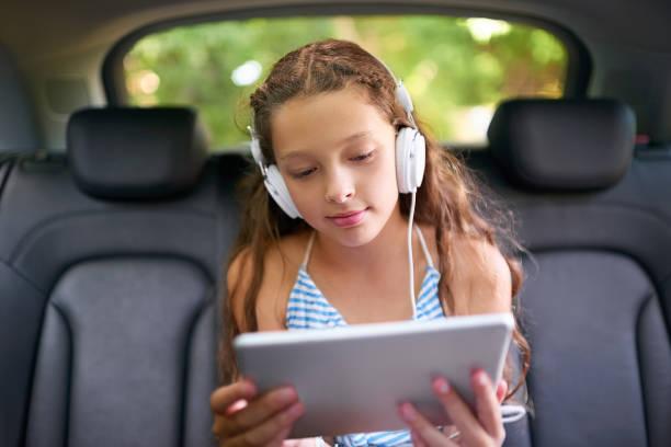 der autofahrt zu halten unterhalten eine - jugendfilm stock-fotos und bilder