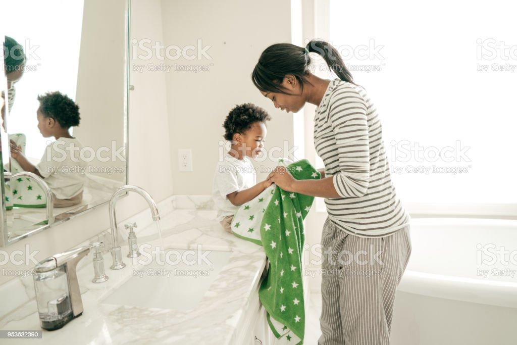 Mantener higiene del niño - foto de stock