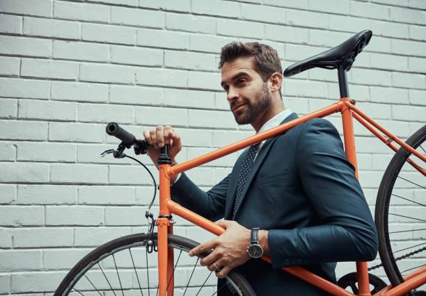 die umwelt im auge zu halten, wenn er spricht sich herum - fahrradträger stock-fotos und bilder