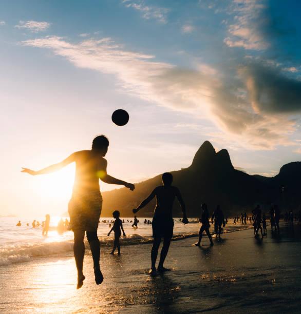uppy upply na praia de ipanema, rio de janeiro, brasil - futebol de areia - fotografias e filmes do acervo