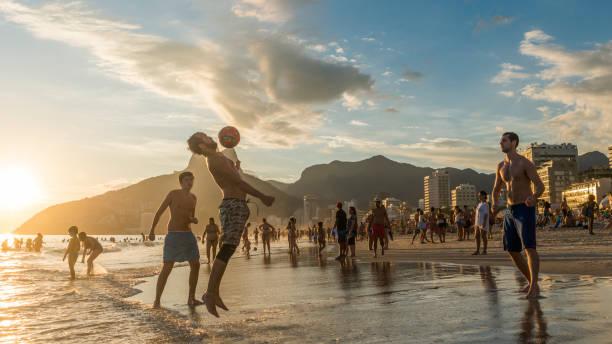 uppy keepy na praia de ipanema, rio de janeiro, brasil - futebol de areia - fotografias e filmes do acervo