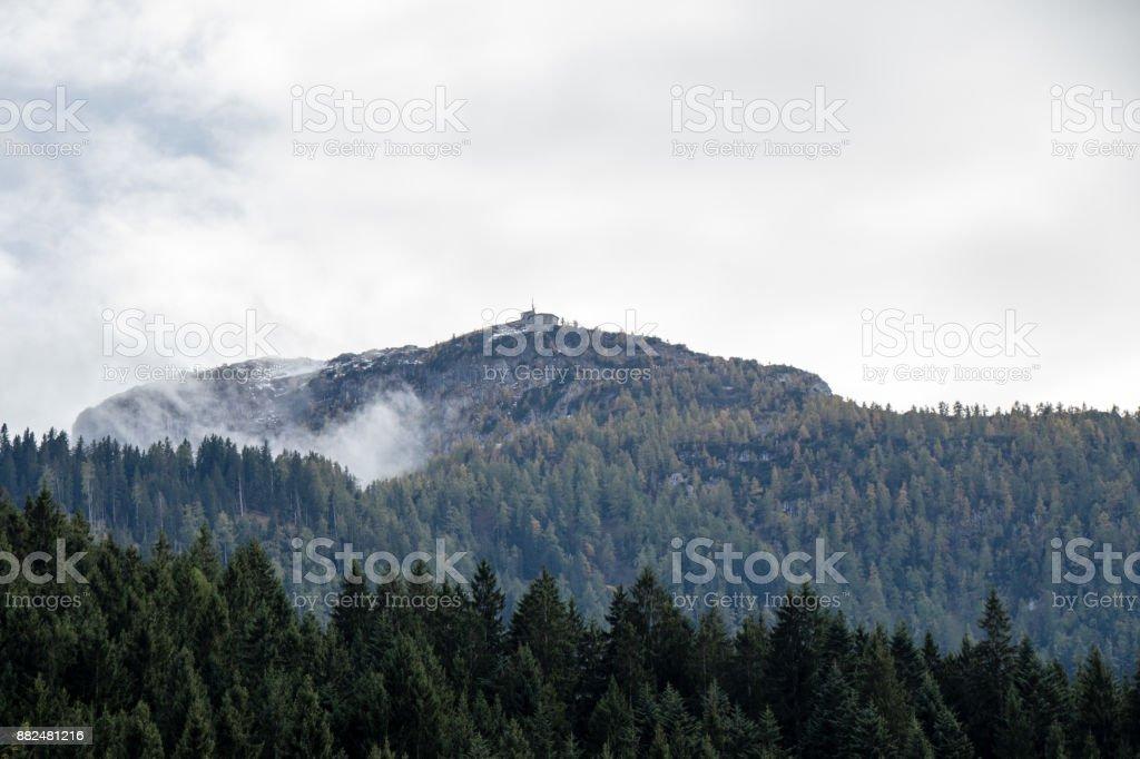 Kehlsteinhaus oben auf dem Berg Sicht von unten stock photo