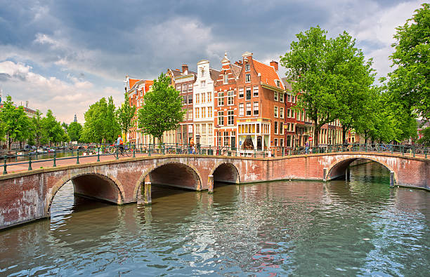 keizersgracht and traditional houses in amsterdam - keizersgracht stockfoto's en -beelden