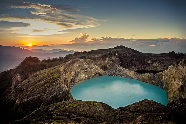 kelimutu volcano sunrise - lombok stockfoto's en -beelden